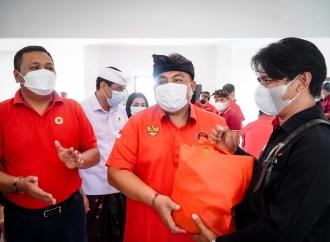 I Nyoman Parta Serahkan 3.500 Paket Sembako di Gianyar