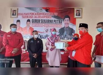 Aspirasi Guruh Soekarnoputra, Riduan Serahkan Beasiswa PIP