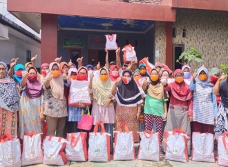 Desi Salurkan 150 Paket Sembako Bantuan Presiden Jokowi