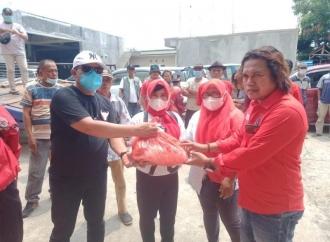 Maulid Nabi, Ketua PAC Banteng Ciampel Bagikan Sembako
