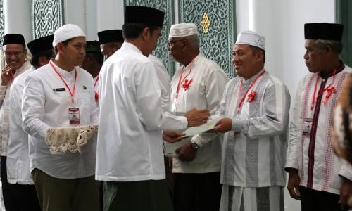 Presiden Serahkan 320 Sertifikat Tanah Wakaf ke Masyarakat