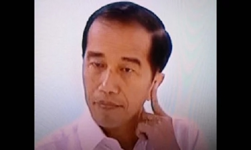Tangan Jokowi Memegang Kuping Bentuk Ekspresi Berpikir Keras