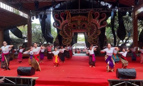 Gladi Resik Penari Pendhet di Kongres Banteng