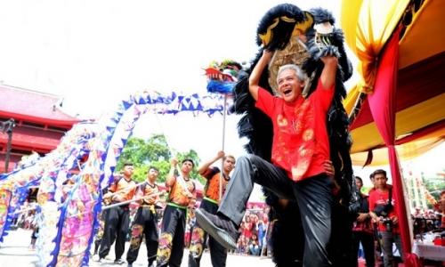 Ganjar Pranowo Main Barongsai di Sam Poo Kong