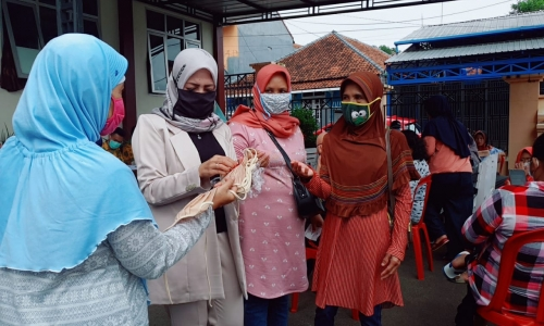 Cegah Corona, Politisi Kuningan Bagi-Bagi Masker