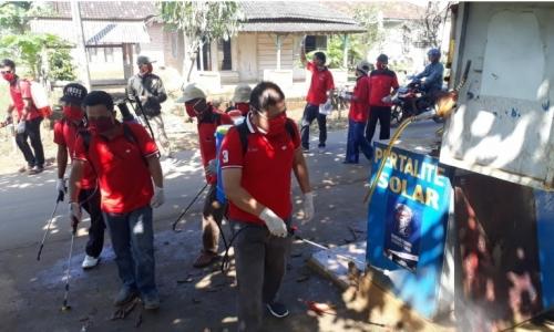 PDI Perjuangan Pesawaran Semprot Disinfektan, Bagikan Masker