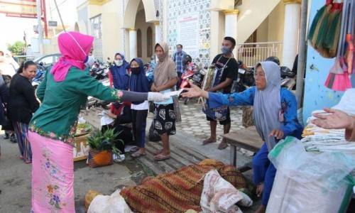 Idza Blusukan ke Pasar Bagi Masker