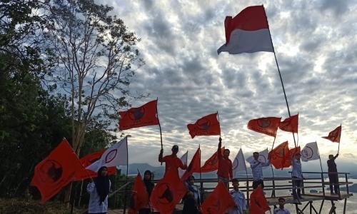 Kader PDI Perjuangan Kibarkan Merah Putih di Bukit Tertinggi
