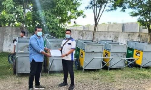 Ansy Serahkan 10 Gerobak Sampah Pada Warga Kupang