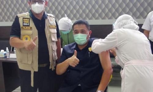 Suntik Vaksin Pertama, Ketua DPRD Cilacap Pastikan Aman