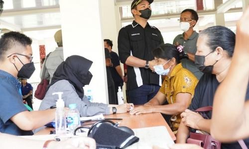 Bupati Sis Tinjau Vaksinasi di Kecamatan Putussibau Utara