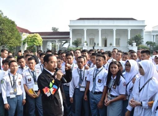 Jokowi Mengajak Pelajar SMA Berkeliling Istana Bogor