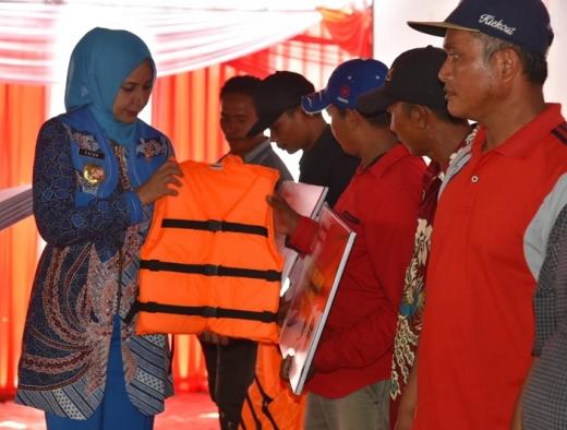 Nelayan Watu Ulo Terima Asuransi dan Bantuan Alat