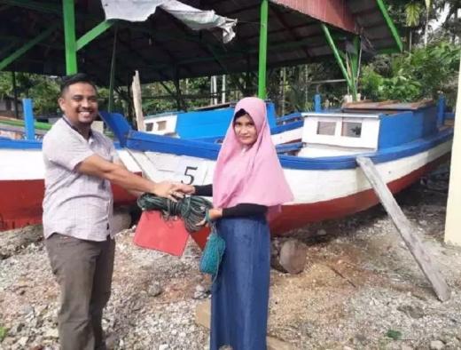 Politikus PDI Perjuangan Salurkan 5 Boat bagi Nelayan Aceh