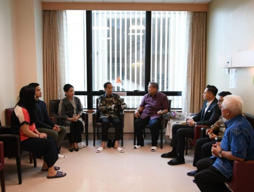 Jenguk Ani Yudhoyono, Jokowi dan Iriana Beri Semangat