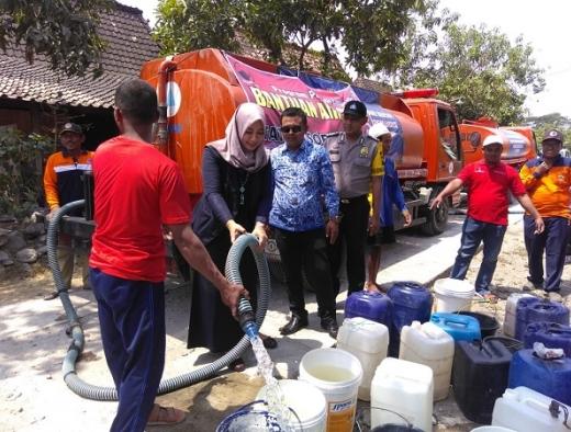Srikandi Banteng ini Salurkan Bantuan Air Bersih Bagi Warga