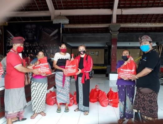 Banteng Abiantuwung Bagikan Sembako ke Masyarakat