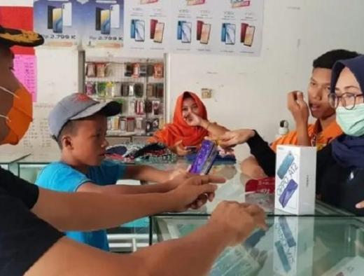 Sri Sumarni Belikan Ponsel Bagi Catur, Siswa & Kuli Bangunan
