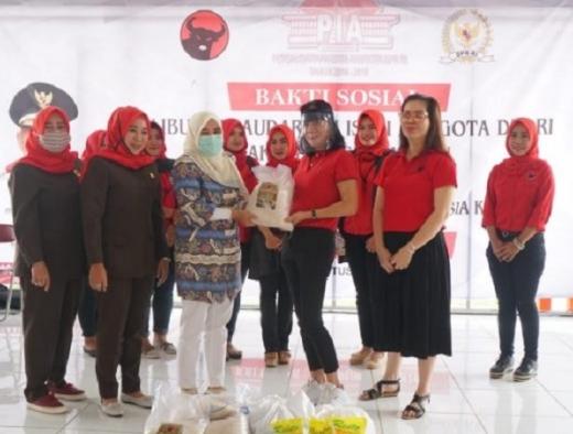 Ikatan Istri Anggota DPR Fraksi PDI Perjuangan Bagi Sembako
