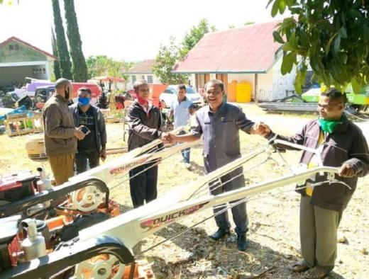 Ansy Berikan Traktor Tangan Pada Petani TTS