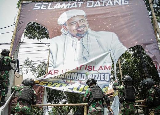 Aksi Pencopotan Baliho Rizieq, Charles Dukung Langkah TNI