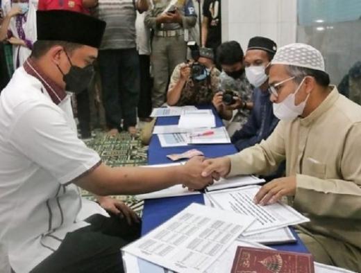 Bobby Bayar Zakat Fitrah di Masjid Istiqomah Medan Denai