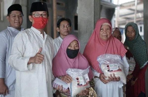 TMP Bagikan Paket Lebaran ke Warga Subang