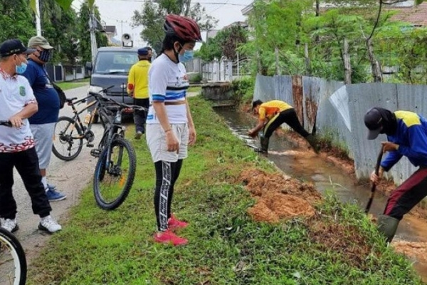 Antisipasi Banjir, Pemkot Singkawang Bersihkan Saluran
