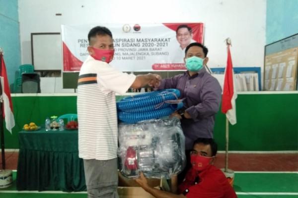 Abdy Yuhana Berikan Pompa Air Pada Petani Sumedang