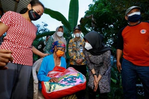 Ipuk Beri Bantuan ke Korban Bencana Tanah Longsor