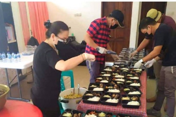 Vanda Salurkan Bantuan Makanan Siap Saji Bagi Warga Isoman
