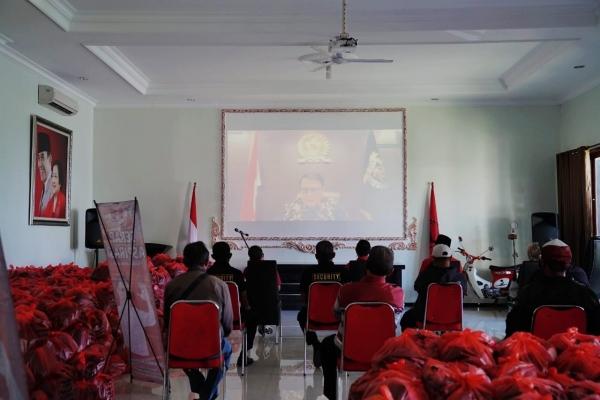 Bagikan Paket Sembako, Basarah Ingatkan Gotong Royong