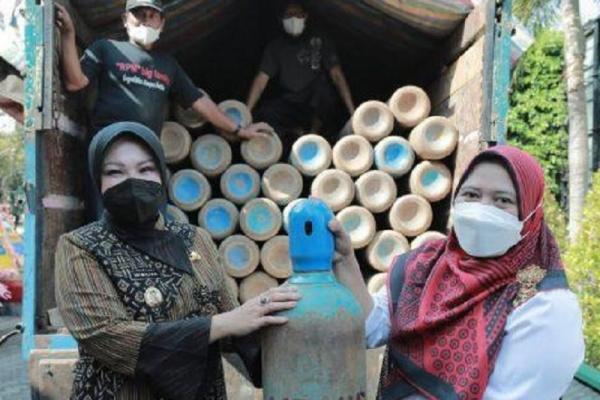 Bupati Sri Mulyani Terima Bantuan 100 Tabung Oksigen