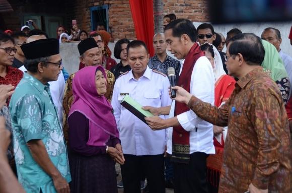 Terus Disindir, Jokowi Tetap Bagikan Sertifikat untuk Rakyat