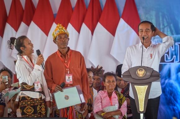 Jokowi Serahkan 2.706 Sertifikat Tanah di Kupang NTT