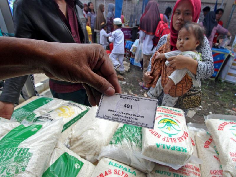 Warga Serbu Pasar Murah di Semarang