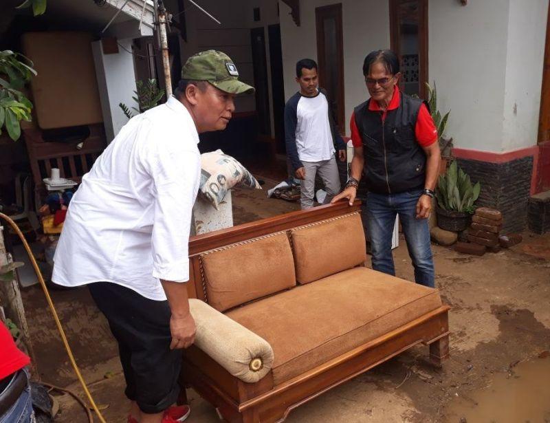 Sambangi Korban Banjir, Kang Hasan Bantu Bereskan Perkakas