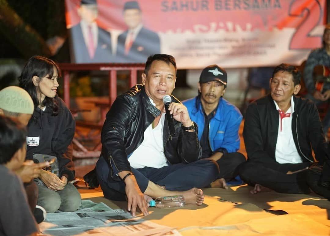 Bagikan Makanan Sahur, Kang Hasan Rangkul Warga Bandung