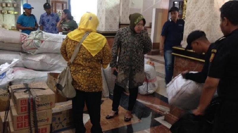 Gempa Lombok, Risma Kirim Genset Hingga Kain Kafan