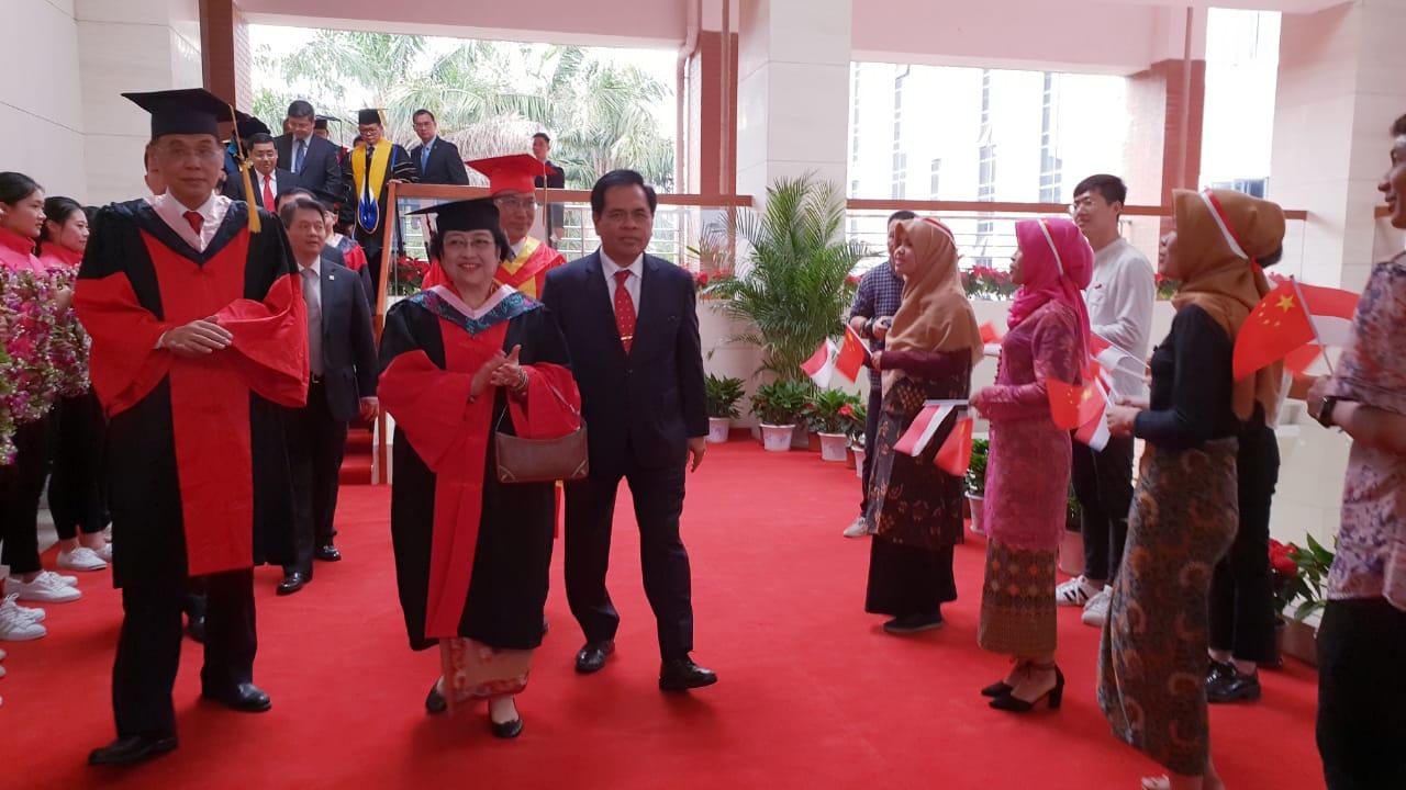 Terima HC, Megawati Disambut Meriah oleh Mahasiswa Indonesia