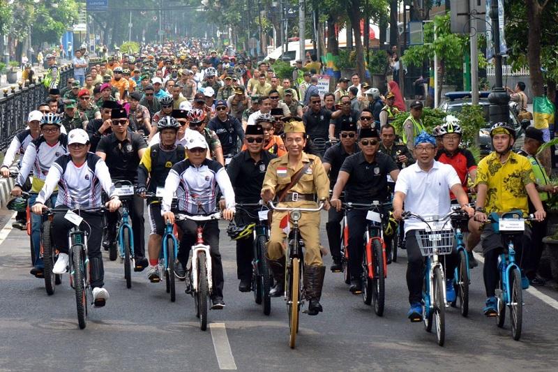 Ala Bung Tomo, Jokowi 'Gowes' di Bandung Lautan Sepeda