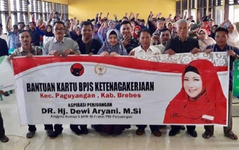 Dewi Bagikan Kartu BPJS ke 12 Desa di Kabupaten Brebes