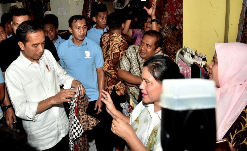Presiden Jokowi Borong Batik di Pasar Setono