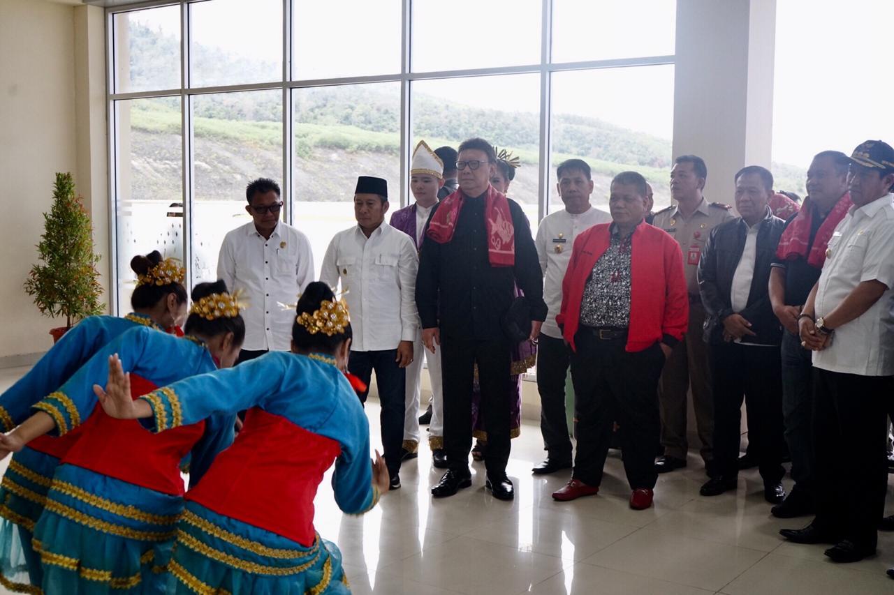 Mendagri Serahkan Anugerah Satya Lencana Wirakarya