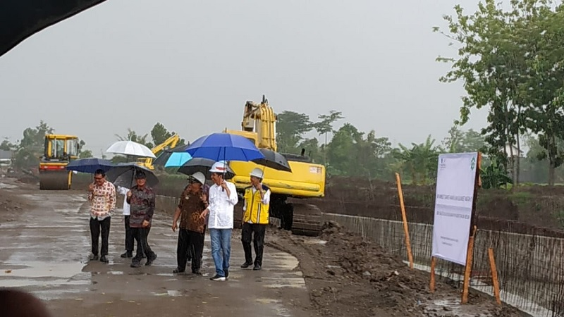 Jokowi dan Basuki Tinjau Pengendali Banjir Kali Bogel