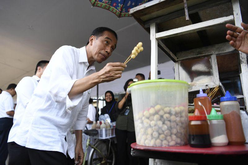 Blusukan di Jaktim, Presiden Borong Dagangan Ibu-ibu