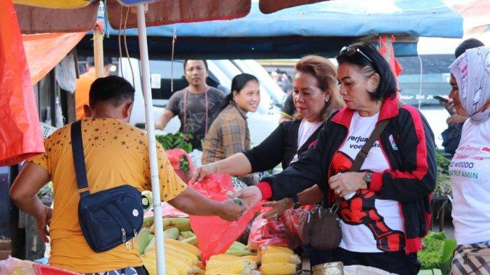 Adriana Ajak Masyarakat Belanja di Pasar Tradisional