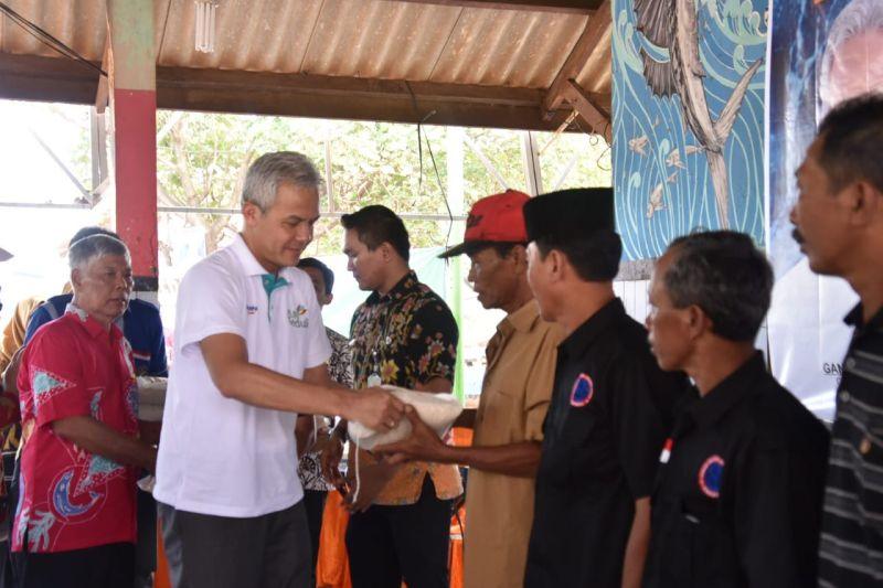 Ganjar Serahkan Bantuan 35 Ton Beras untuk Nelayan Jepara