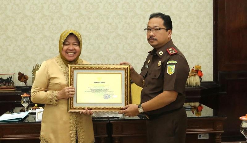 Risma Beri Penghargaan ke Kejari Tanjung Perak