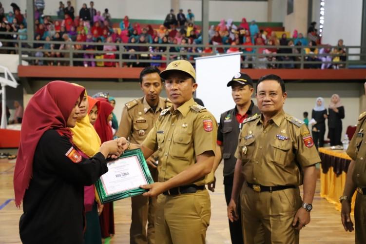 Bupati Parosil Serahkan Dana PKH untuk 2 Kecamatan